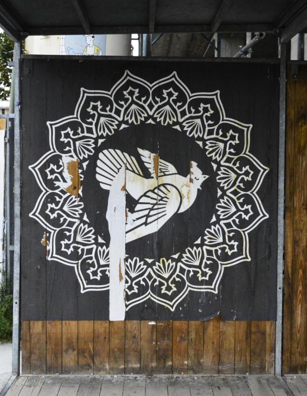 Friedenstaube peace dove Shepard Fairey near Ostbahnhof #streetart be kitschig blog Postcards from Berlin #17