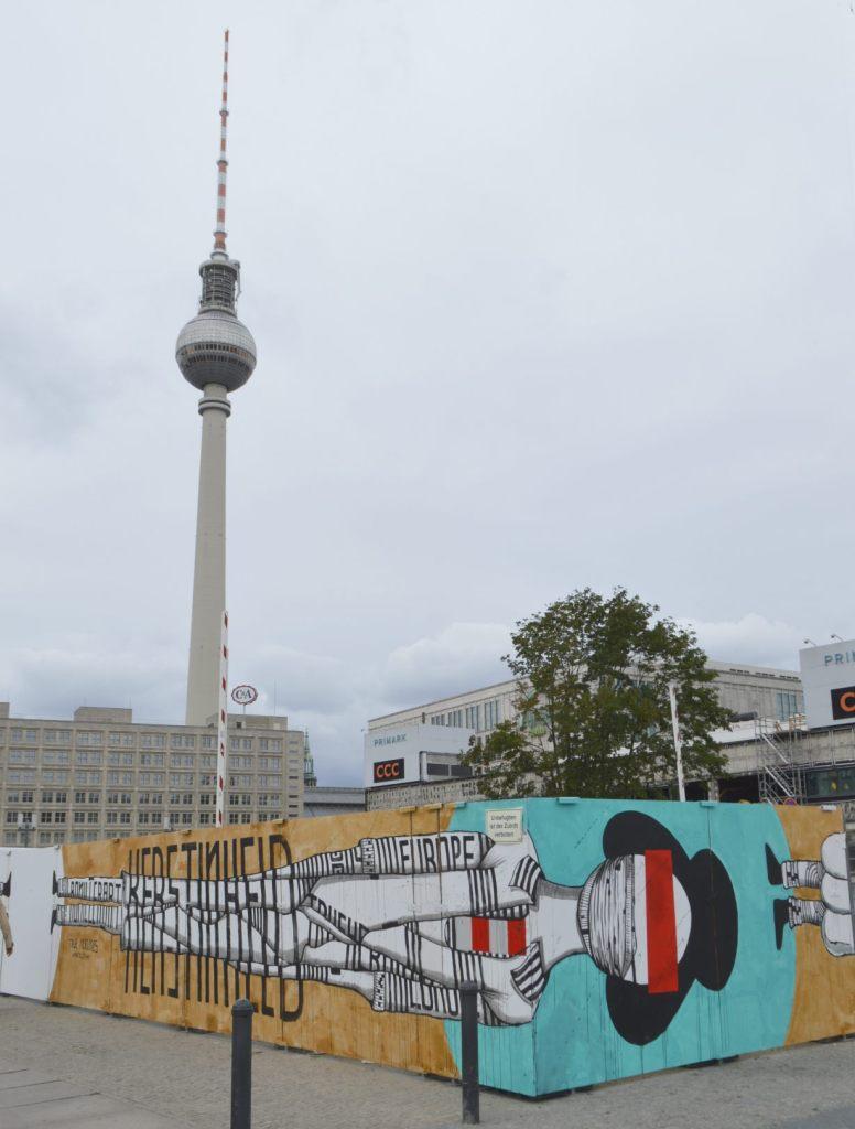 Verschönerte Baustelle Berlin Alexanderplatz Ron Miller bekitschig.blog Berlin