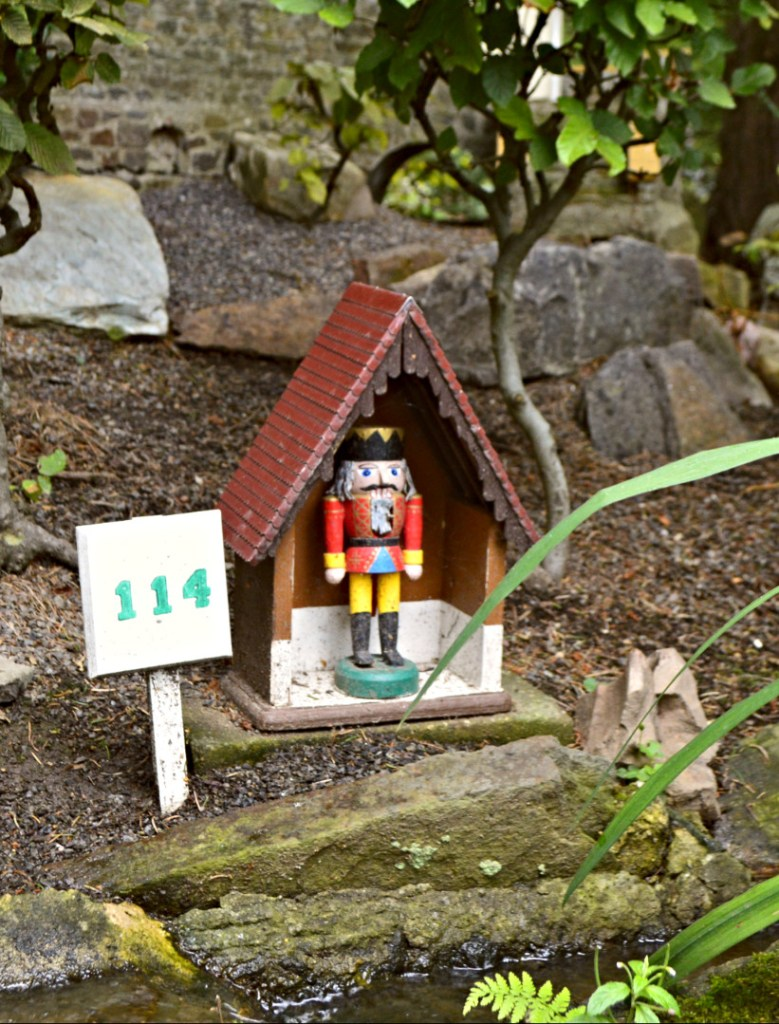 One of the oldest miniature parks in the world – hand crafted wooden figurines – folk art and kitschy travel with bekitschig.blog