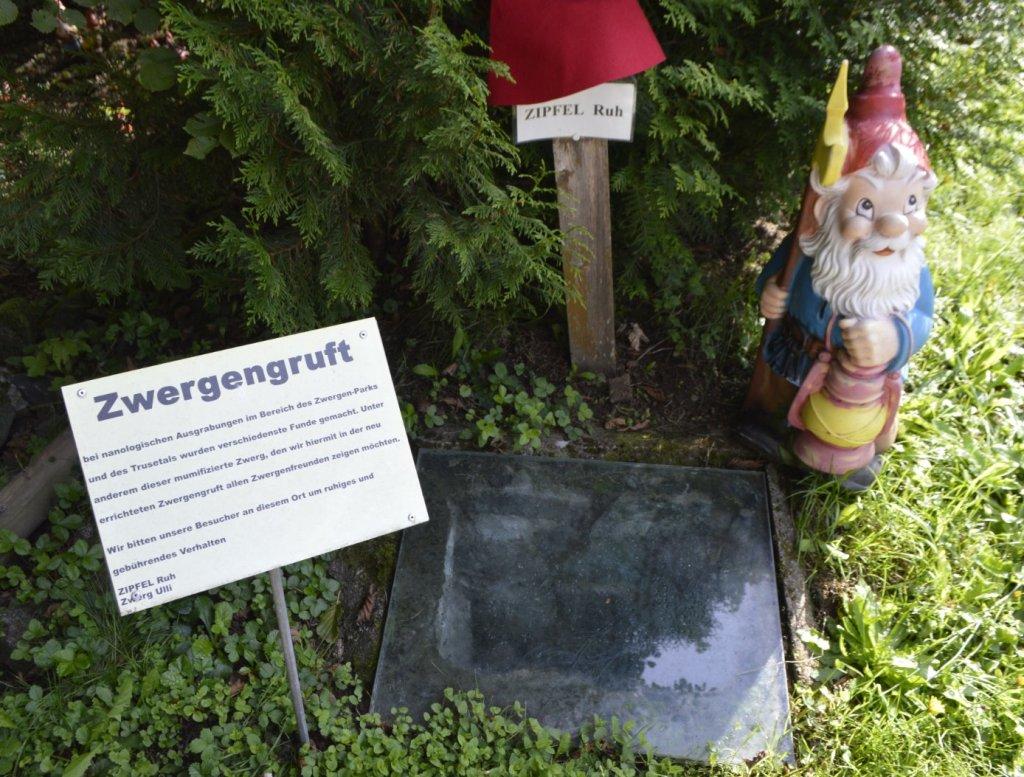 Die berühmte Zwergengruft mit echtem Zergenfund! Zwergenpark Thüringen  bekitschig.blog travel kitschy