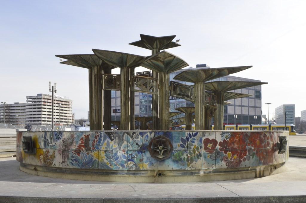 Brunnen der Völkerfreundschaft Alexanderplatz Berlin Springbrunnen - bekitschig.blog   Fountain of Friendship between Nations