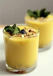 crema de mango y arándanos
