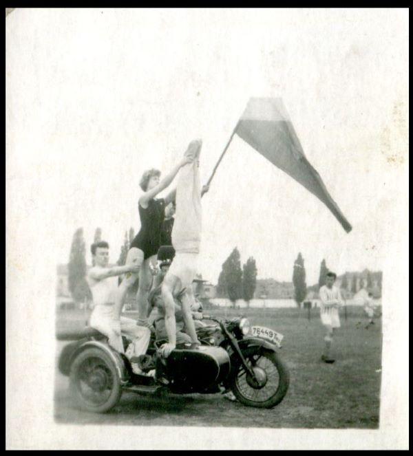 Demonstrație sportivă cu ocazia zilei de 23 August. Fotografie din arhiva personală