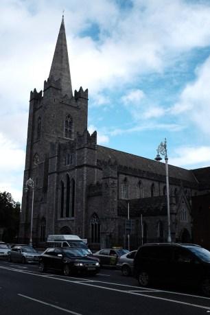 gereja di sini gede-gede dan klasik