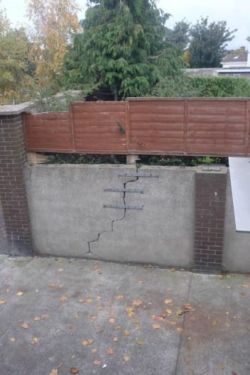 di sini kalo tembok rusak bisa dijahit