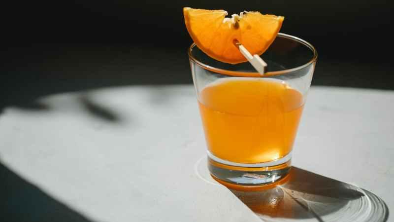 Infusão de gengibre, limão e mel para ajudar na digestão e perda de peso.
