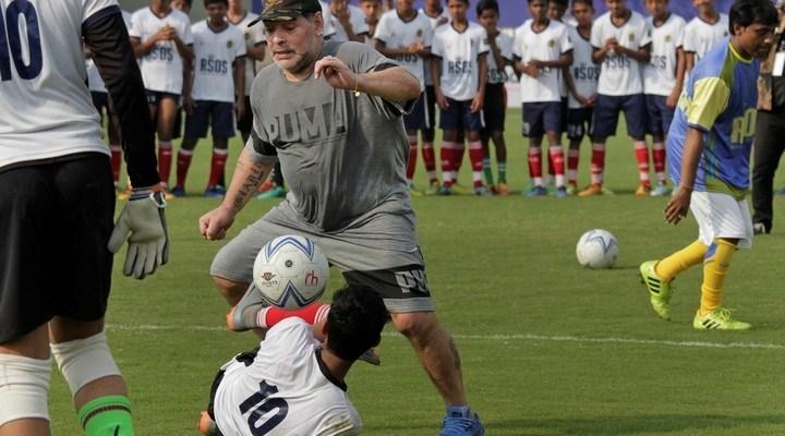 Maradona continúa su visita por la India