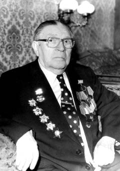 Лев Школьников с военными наградами. Фото 1992 г.