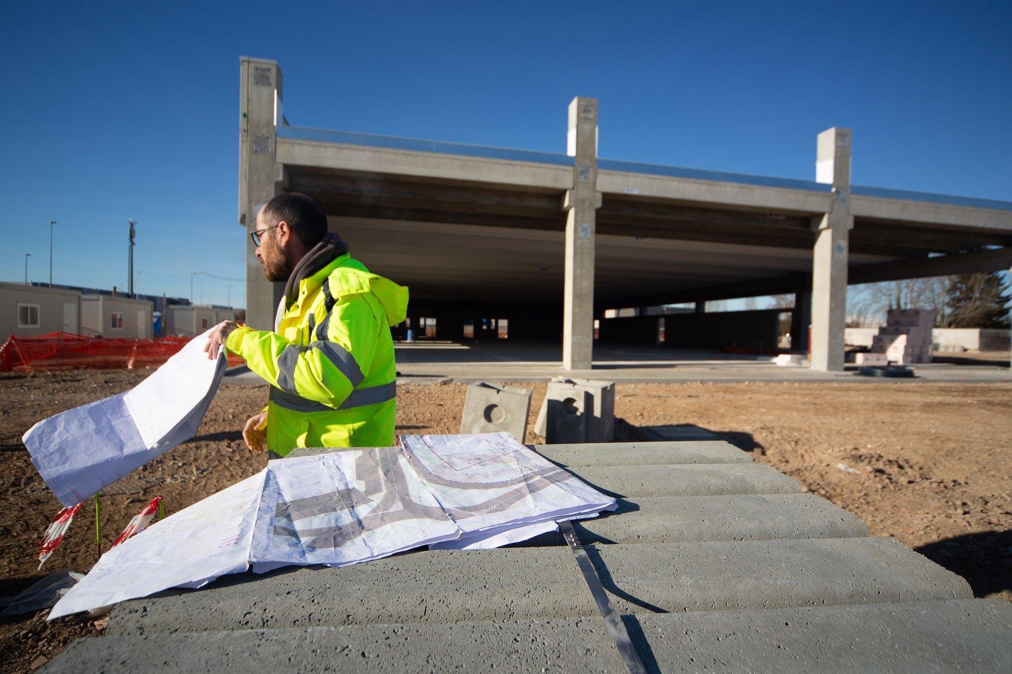 dipendente di bell project che illustra un progetto di un immobile all'interno di un cantiere e cura l'aspetto di ideazione e coordinamento progettuale dell'iniziativa immobiliare nella città di milano