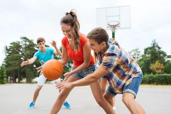 fiatalok kosárlabdáznak