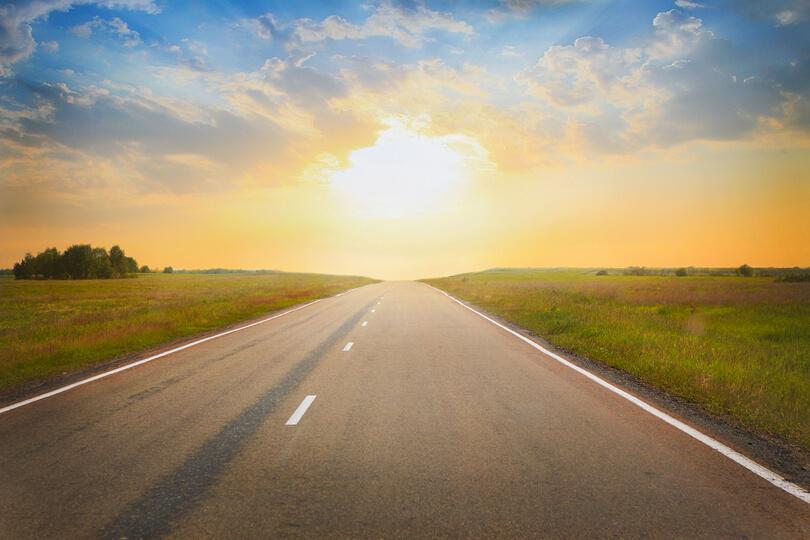 országút naplementében