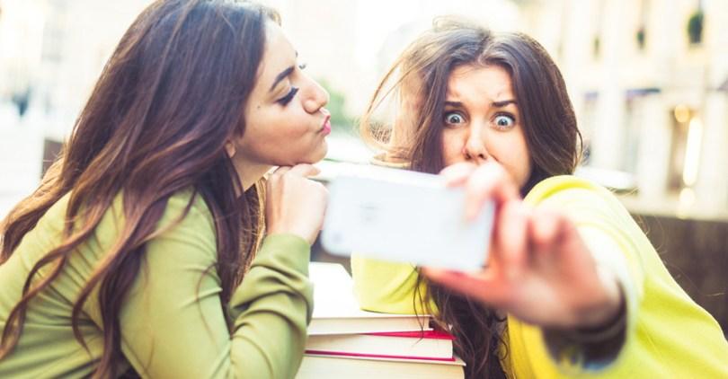 két lány a telefonnal bohóckodik