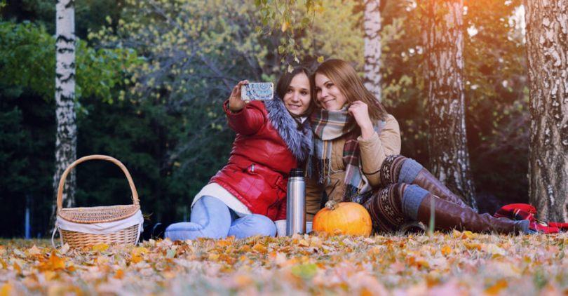 barátnők pokrócon ősszel