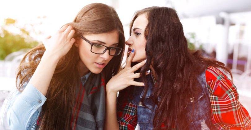 két fiatal lány súgdolozik