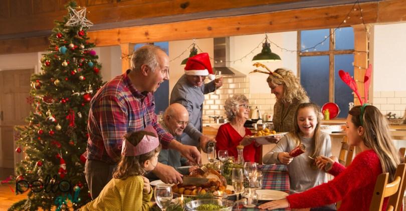 Karácsonyt ünneplő család