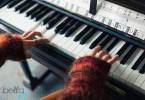 lány zongorázik