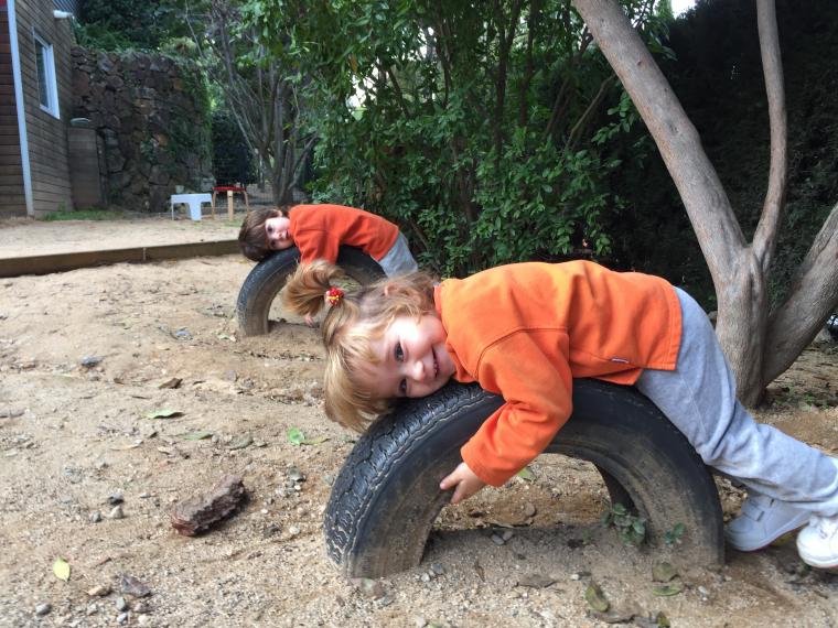 Dos infants juguen a La Llar d'en Pitus | Llar d'en Pitus