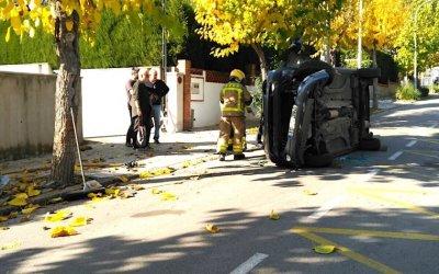 Un cotxe bolca a l'avinguda JoanFábregas de Bellaterra