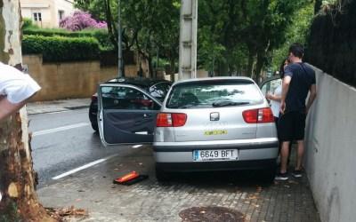 Les fulles del paviment i la pluja provoquen un accident a la BV-1414