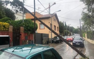 Un pal de la llum caigut obliga a tallar un carrer a Bellaterra