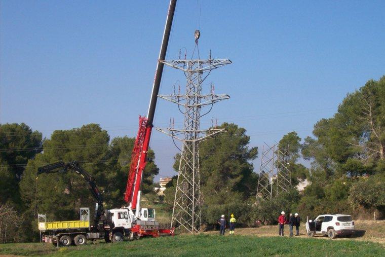 Els operaris desmunten una de les torres de la línia eléctrica