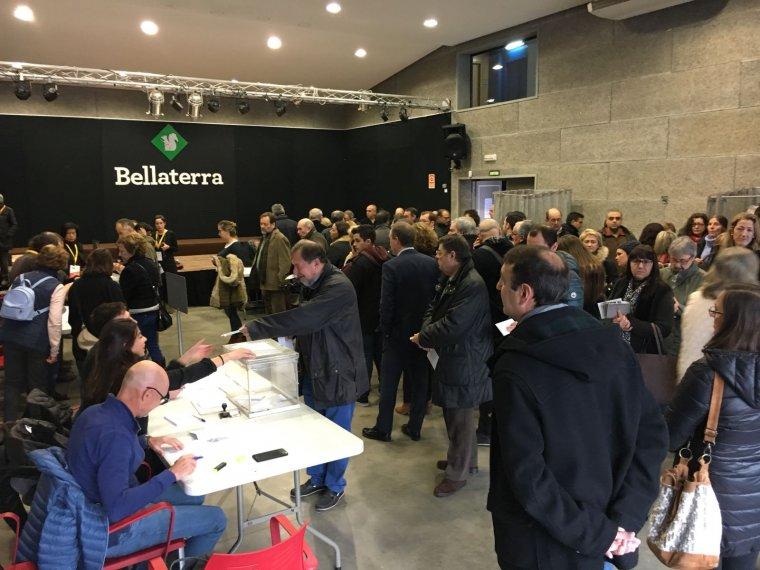 Els primers votants a Bellaterra
