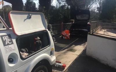 Una confusió deixa un cotxe escales avall a Bellaterra