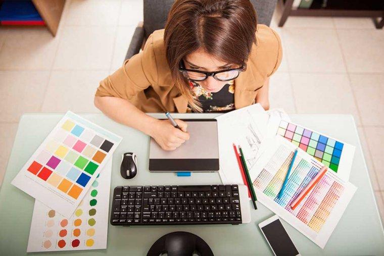 Imatge d'arxiu d'una dissenyadora treballant