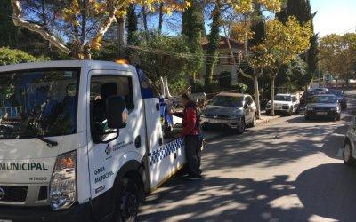 La grua s'emporta tots els cotxes mal aparcats a l'avinguda JoanFàbregas