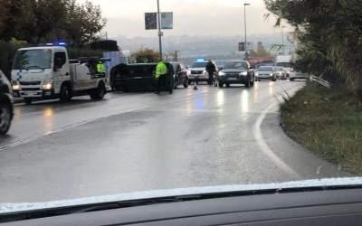 Un cotxe bolca a l'entrada de Bellaterra a l'altura de La Vall
