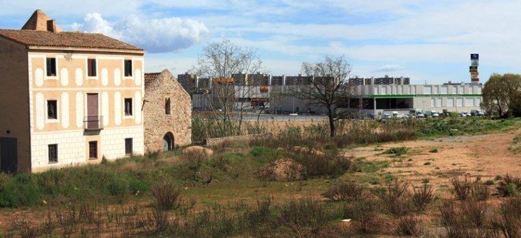 L'ermita amb el polígon Sant Pau i l'Ikea, al final