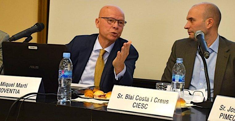 M. Martí, a l'esquerra, durant la seva conferència.