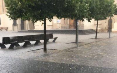 Bombers i Policia Local rescaten persones atrapades per la pluja al camí de Can Catà