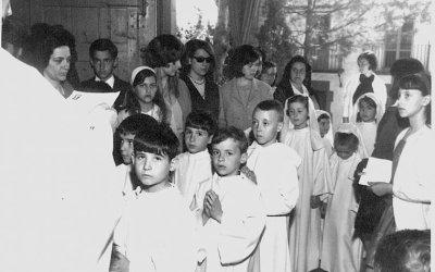 Tota la comunitat reunida a l'església per la primera comunió dels seus infants.