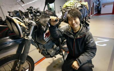 Un japonès enamorat del Barça i Gaudí fa la volta al món amb moto