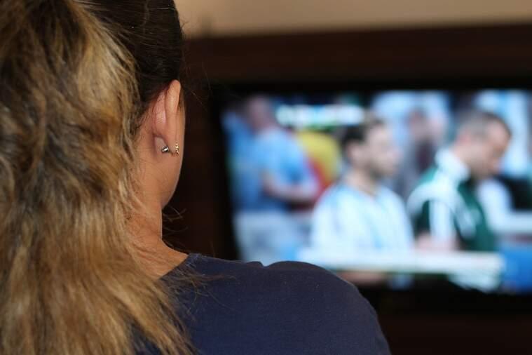Una noia veu la televisió