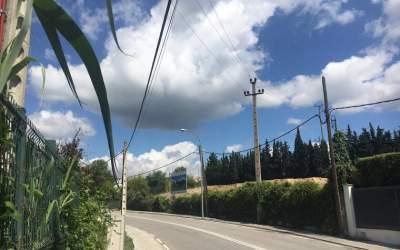 Unes obres soterraran el cablejat elèctric al carrer de Salcillo de Bellaterra