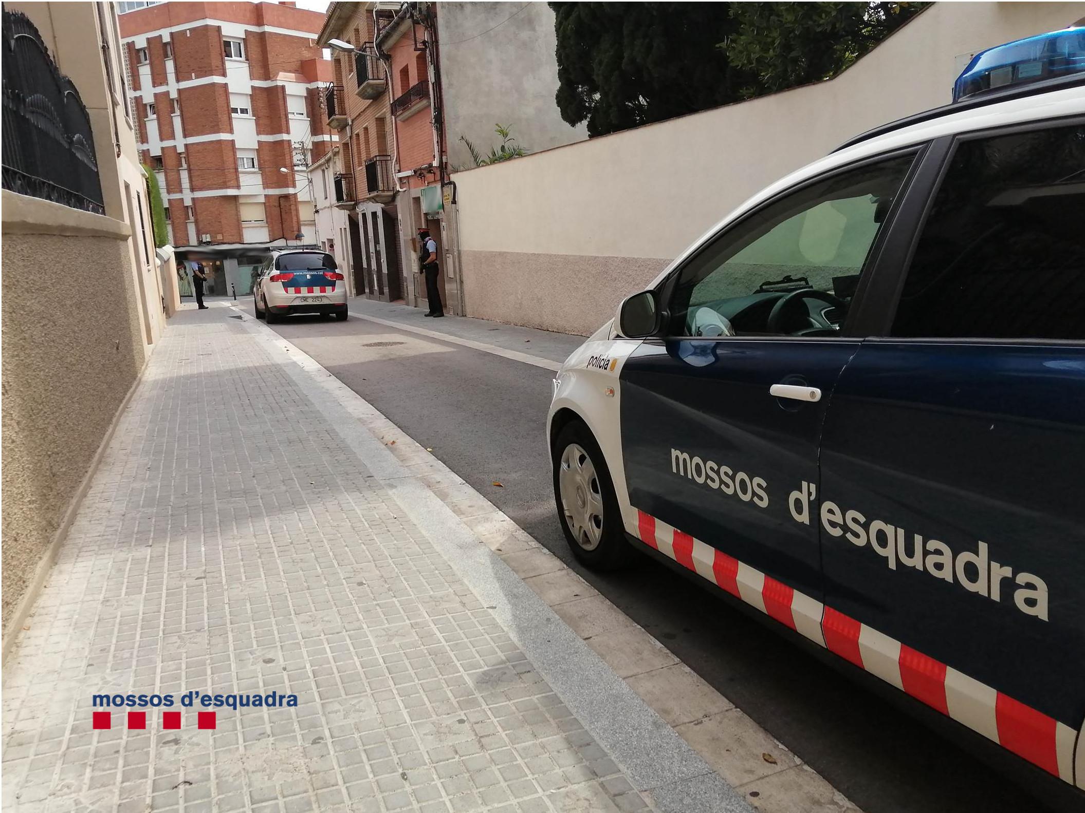 Agents dels Mossos durant la intervenció al local | Mossos