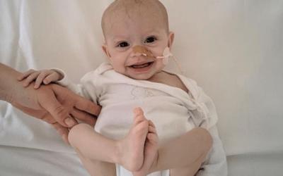 Demanen ajuda per la petita Chloe, amb una malaltia única a Espanya