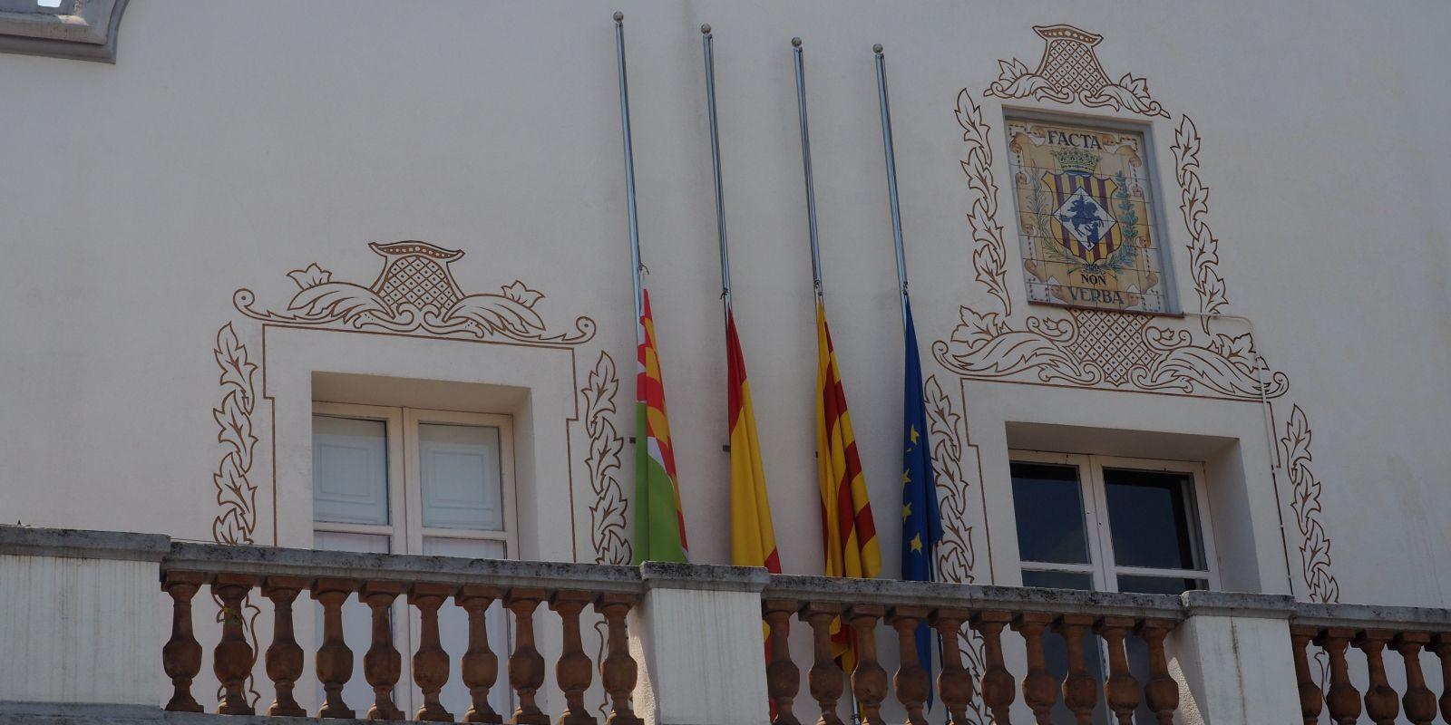 Banderes a mig pal a l'Ajuntament en mostra de dol per les víctimes de la Covid-19 | Mónica GM