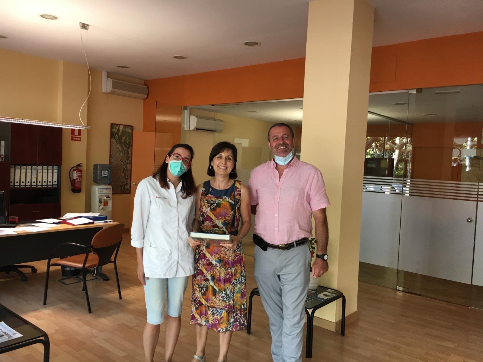 Roa, amb representants de la Farmàcia de Bellaterra i Taller de Serveis   Redacció