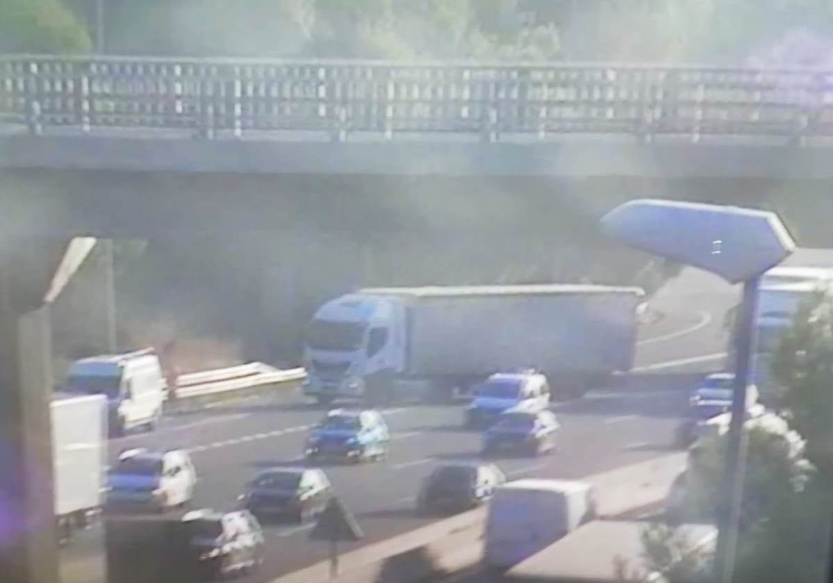 Camió creuat a l'AP7 al seu pas per Bellaterra   Trànsit