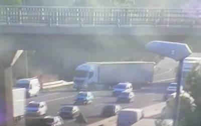 L'accident d'un camió talla dos carrils a l'AP-7 a l'altura de Bellaterra