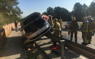 Aparatós accident a la rotonda d'entrada a Bellaterra