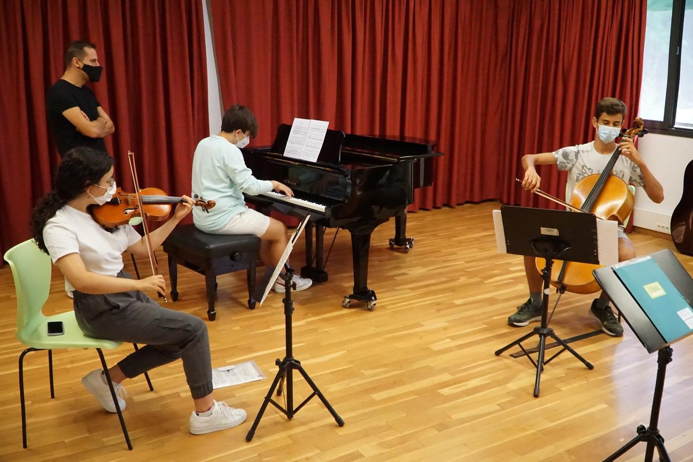 Alumnes d'El Musical, preparant les actuacions | El Musical