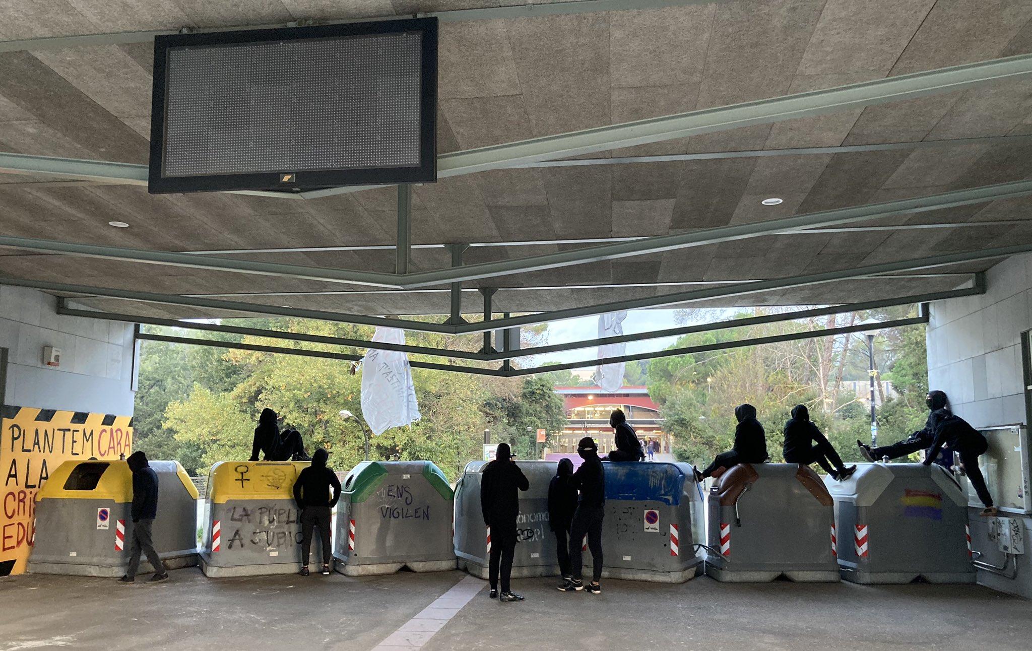 Barricada a l'entrada de la plaça Cívica des dels FGC   @SEPC_UAB