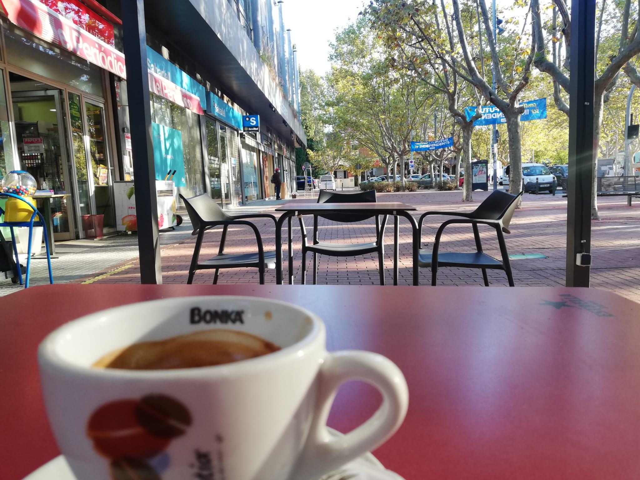 Un cafè a la terrassa del Bar del Club Bellaterra | Redacció