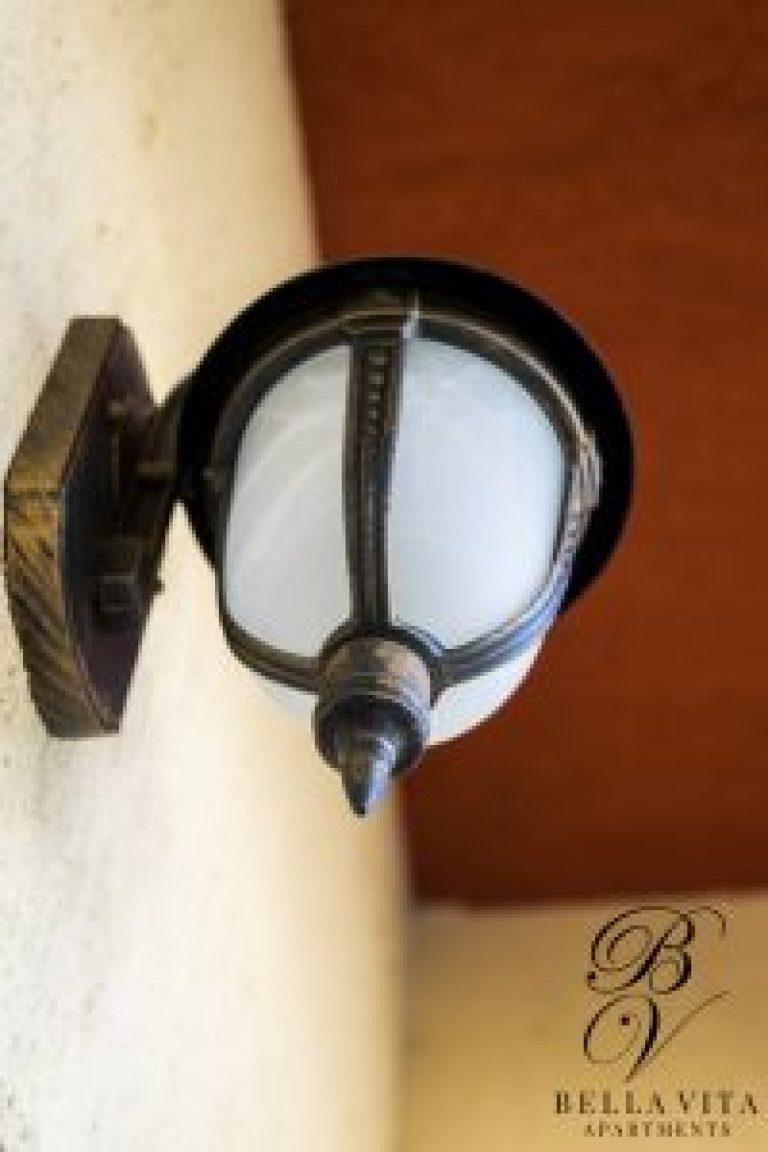 Старинен фенер на уютен балкон в обзаведен апартамент под наем Благоевград