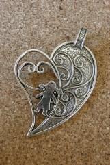 Grand coeur argenté avec silhouette de jeune fille, 65x43mm