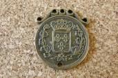 Armoirie médaillon, 27x24mm, l'autre côté représente un visage et est marqué ' REPUBLIQUE FRANÇAISE' (voir autre photo disponible)